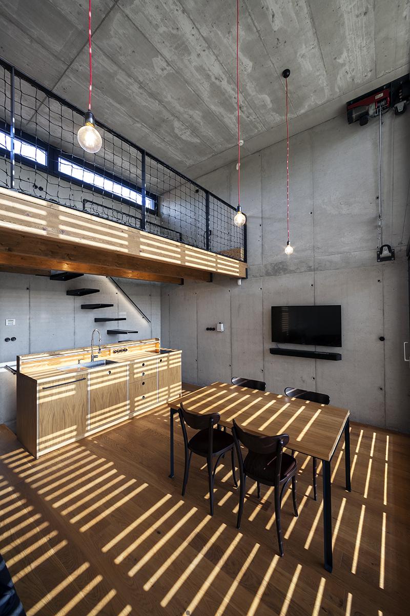 Interiér přiznává že stavbu tvoří železobetonový skelet ve všech částech pohledový. 1