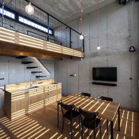Interiér přiznává že stavbu tvoří železobetonový skelet ve všech částech pohledový.