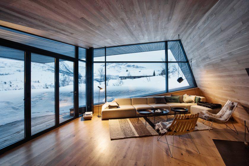 Koncepce interiéru jednopatrové rezidence vychází z myšlenky dvou objektů přecházejících resp. splývajících do větší třetí budovy.