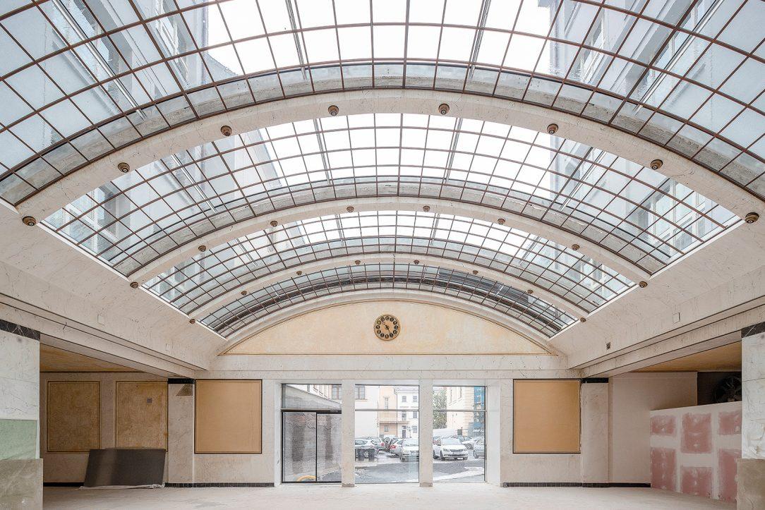 Centrální hala byla zastřešena ohýbaným sklem na skružené hliníkové kostře