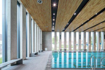 Ladně minimalistický interiér bazénu