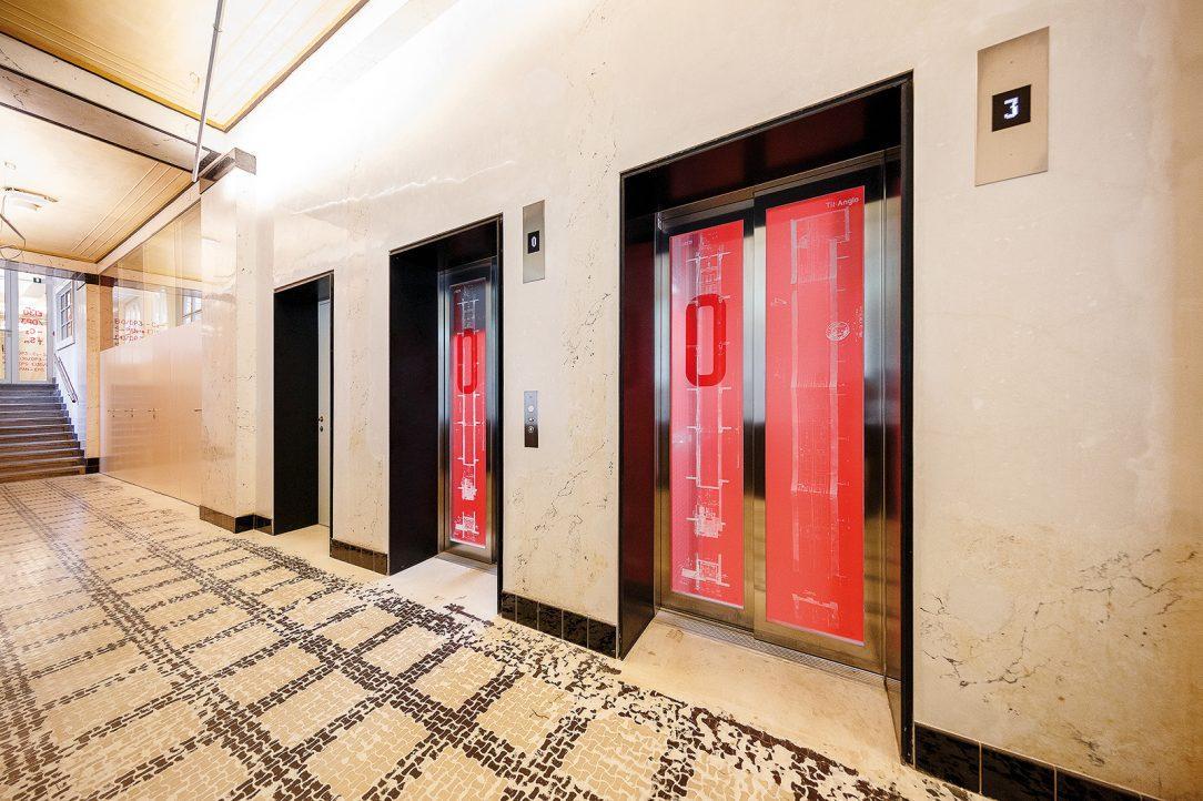 Na výtahové dveře navrhli architekti grafiku vycházející z archivní dokumentace k původním výtahům