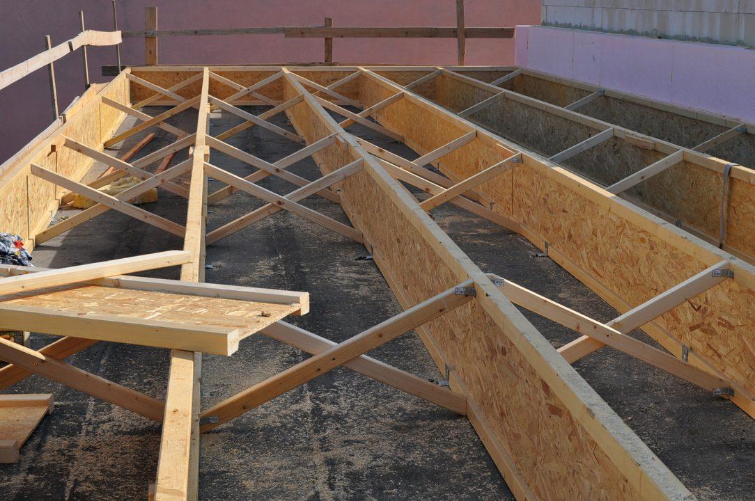 Obr. 14 Dutinu dvouplášťové střechy s foukanou celulózou vymezují STEICO nosníky