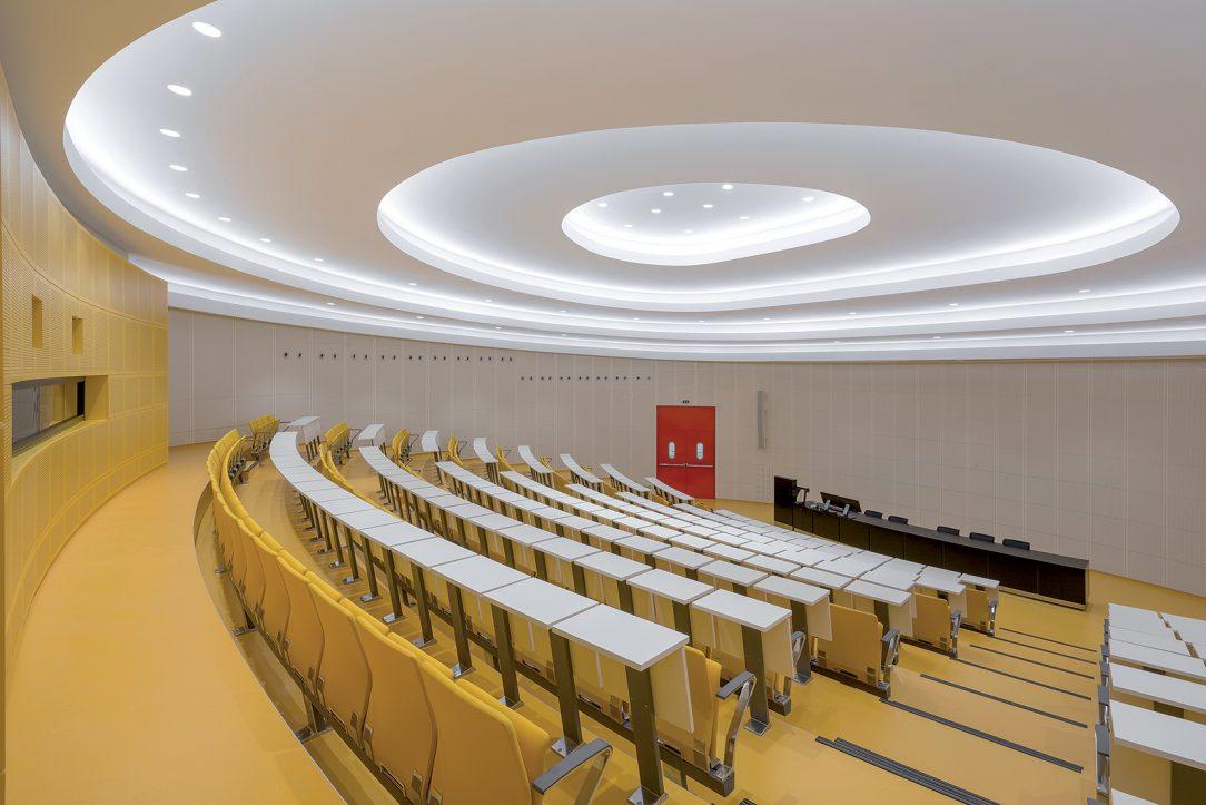 Velká aula pojme 240 posluchačů