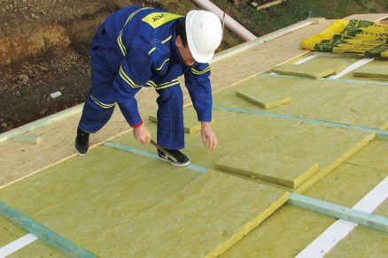 Vlastní pokládka probíhá střídáním výplňových desek minerální izolace a montážních hranolů.