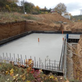 Základové desky není třeba ošetřovat tak dlouho jako betonové konstrukce na fasádách nebo sloupy