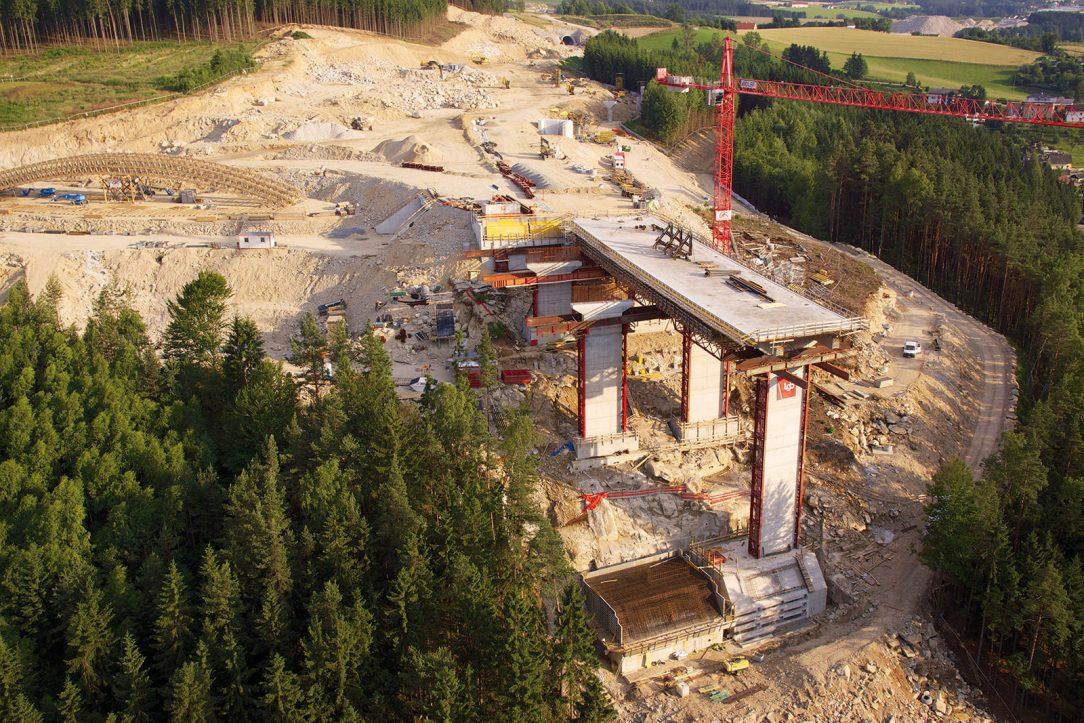 Základy a pilíře mostu Feldaisttalbrücke Freistadt Nord (foto: Helipix)