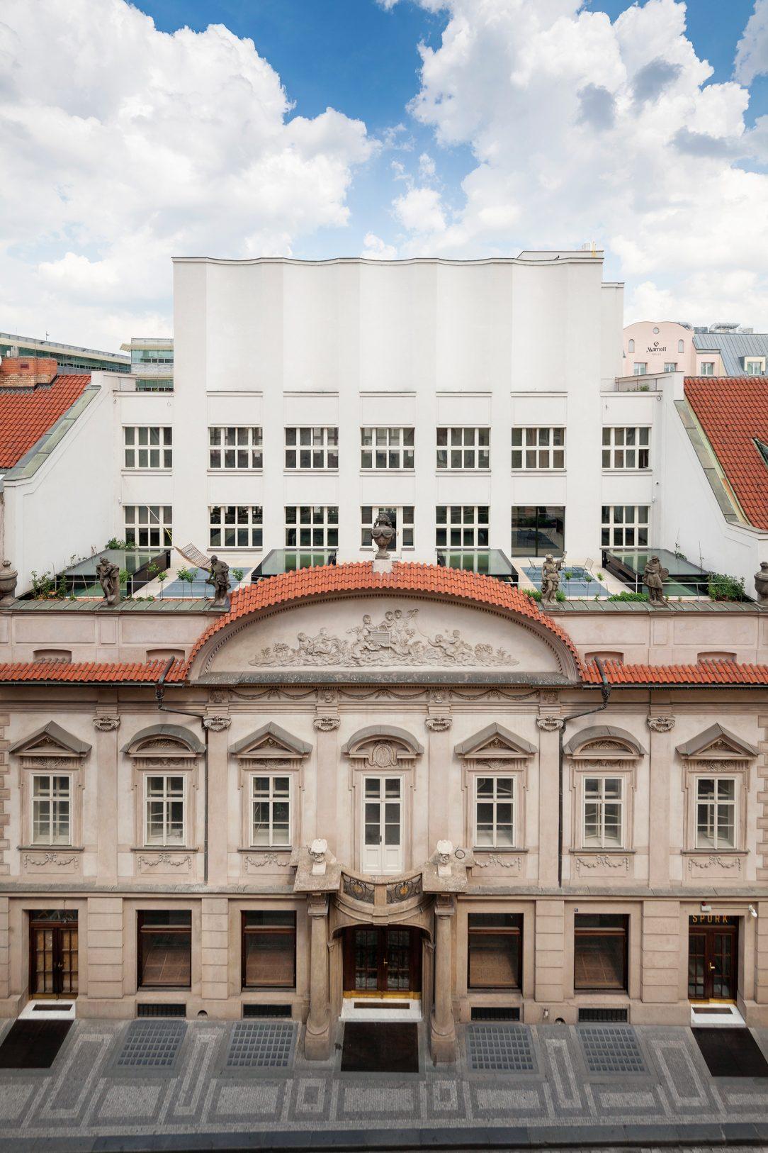 Z původního barokního paláce se po Gočárově rekonstrukci zachovala pouze fasáda v Hybernské ulici