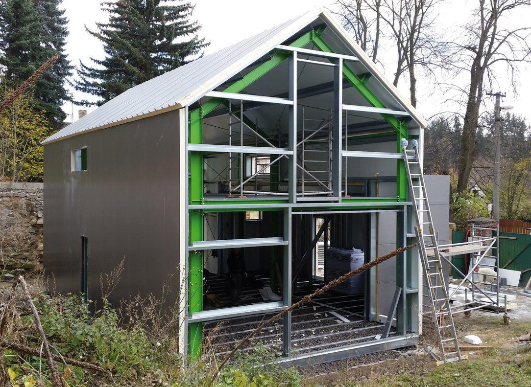 Díky stavebnicovému řešení a standardizovaným detailům lze po odborné montáži primární konstrukce realizovat výstavbu i svépomocí.
