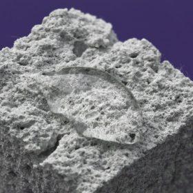 Detailní záběr IZONIL omítky s kapkou vody