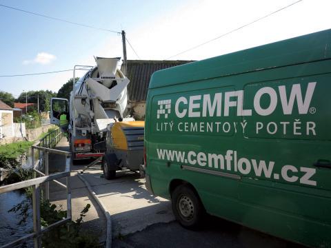 Doprava a čerpání litého potěru CEMFLOW na stavbě