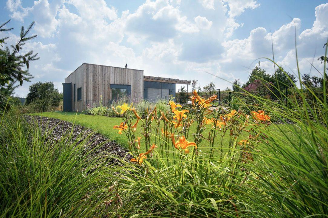Fasádní dřevo získá časem patinu a pavilon ještě více splyne s okolím se zahradou