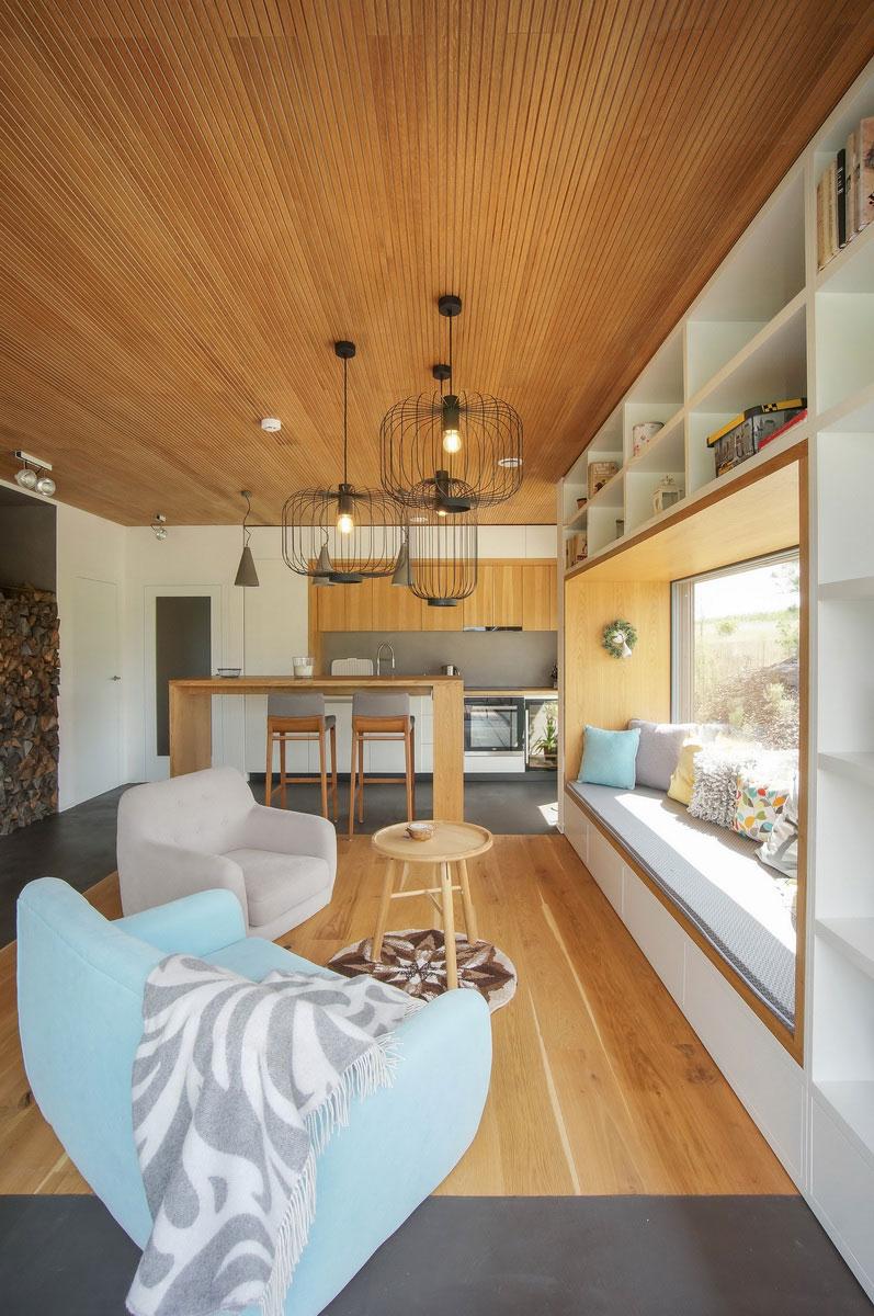 Interiér je vybaven atypickým nábytkem