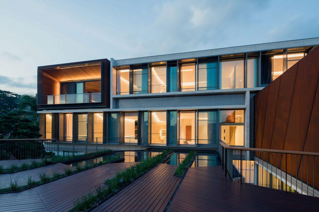 Konstrukce různých budov odráží jak charakter svahu tak diamantový tvar pozemku. Fasáda obytné budovy kombinuje systémy Schüco ASS 50.NI a Schüco ADS 65.NI s konzolovými slunečními clonami