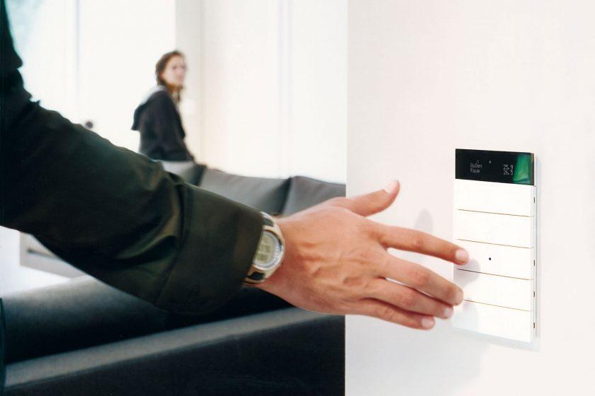 Nástěnný ovladač inteligentního systému KNX od společnosti Hager