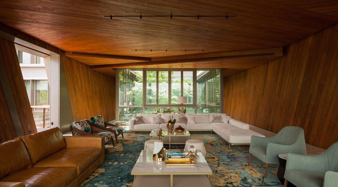 Nejzajímavější výhled stejně jako design a pohodlí skýtá obývací pokoj kostka v horním patře budovy. Interiér tvoří podlahy z onyxu a masivní teakové obložení