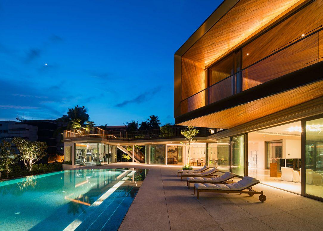 Společné jídelní a fitness prostory se nacházejí kolem bazénu. Téměř bezrámové velkoformátové posuvné systémy Schüco ASS 50.NI nerušeně propojují vnitřní a venkovní prostory