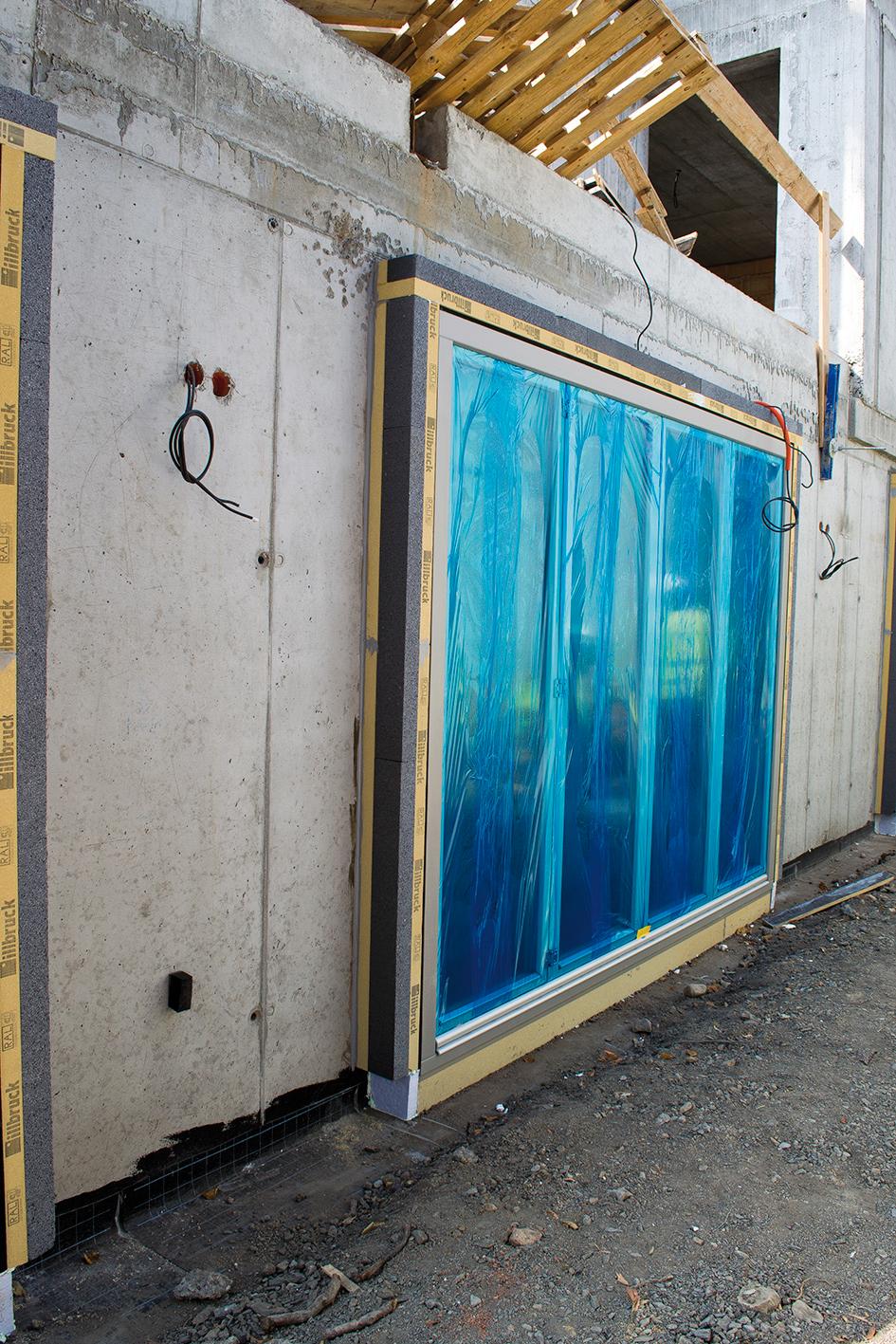 Ukázka okna vyloženého do fasády v projektu Rezidence Hradešínská v Praze 3