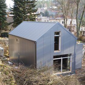 V porovnání s dřevostavbami které se dnes často staví v pasivním standardu je pasivní rodinný dům díky lehké ocelové nosné konstrukci Lindab Construline trvanlivější a odolnější