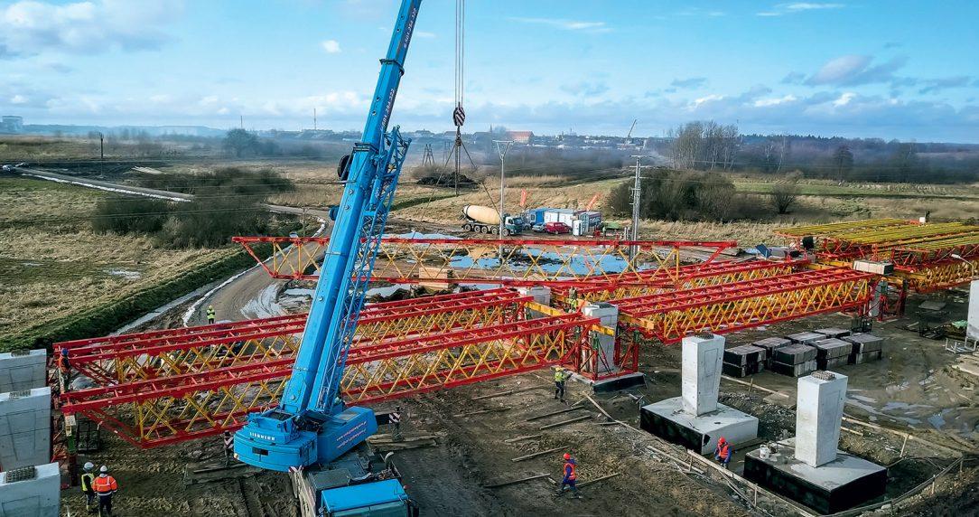 Pro stavbu mostu na M8 připravilo technické oddělení PERI řešení podpěrné konstrukce abednění. Podpěrné lešení vytvořené zpříhradových nosníků VRB apodpěrných věží VST odvádělo přes velké rozpětí vysoké zatížení bezpečně do základů.