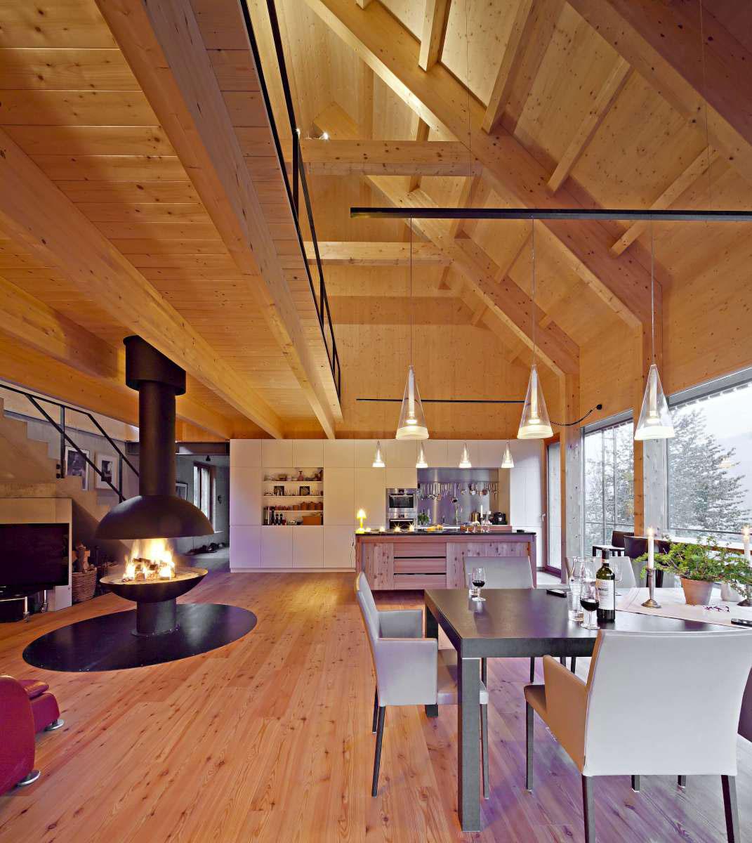 Celkové řešení interiéru je designově úzce spojeno s provedením fasády z modřínového dřeva