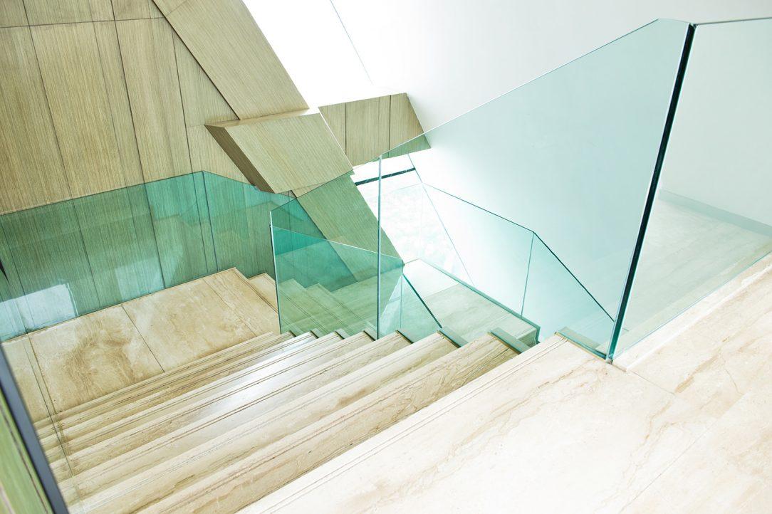 Celoskleněné zábradlí schodiště Stratobel