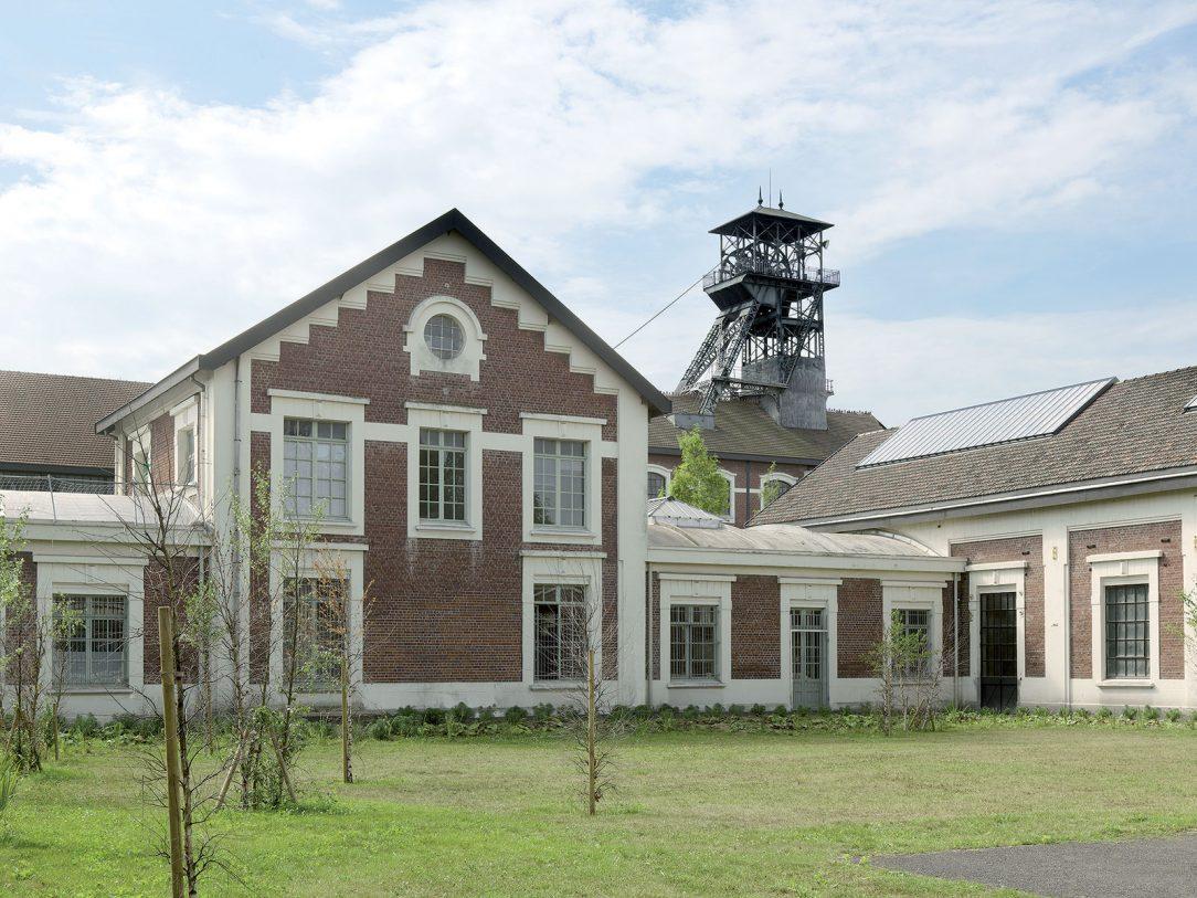 Důlní budova s těžní věží