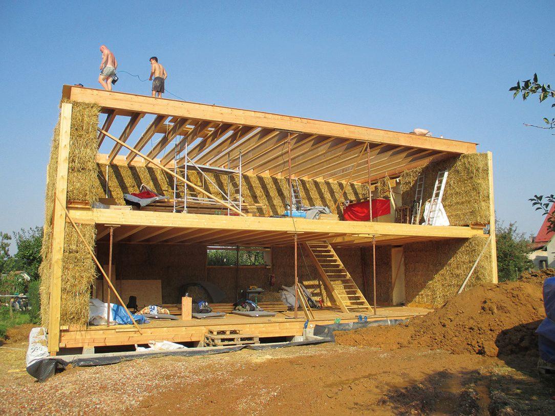 Stavba slaměného domu