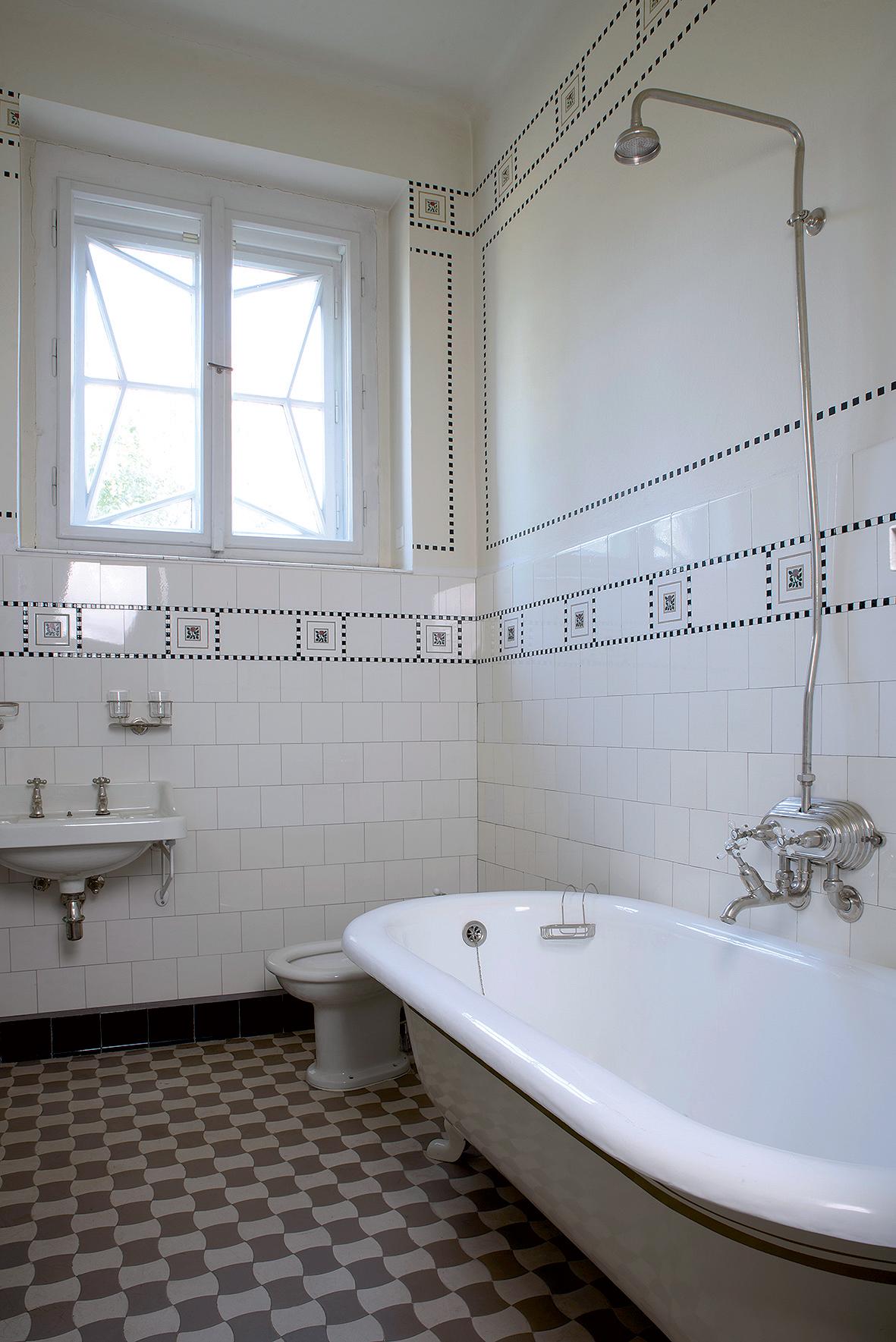 Zachovala se originální koupelna včetně původní vany a části obkladů