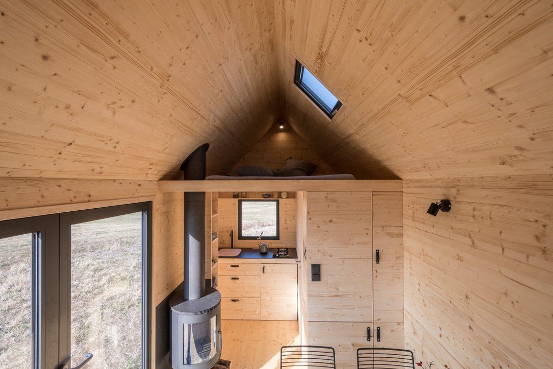 Dům je promyšlen do posledního nýtku každý milimetr prostoru je vyřešen tak účelně že do něj sbalíte byt o velikosti 2kk.