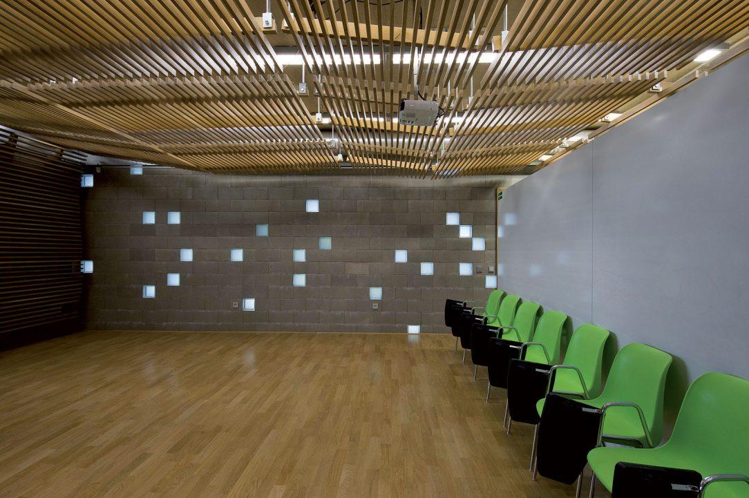 Interiér je pojednán jako propojení vnějšího a vnitřního vzhledu budovy