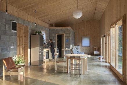 Interiér působí velmi harmonicky a příjemně kraluje mu dřevo.