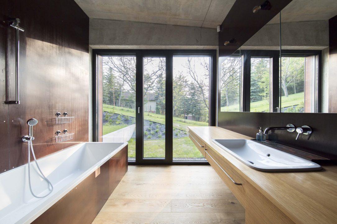 Koupelna je obložena stejným materiálem který je použit na fasádě tedy exteriérovou překližkou.