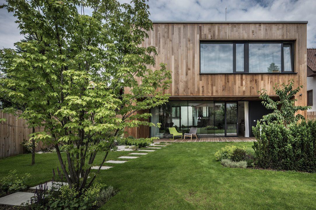 Osazení domu architekti přizpůsobili orientaci slunce a potřebám obyvatelům