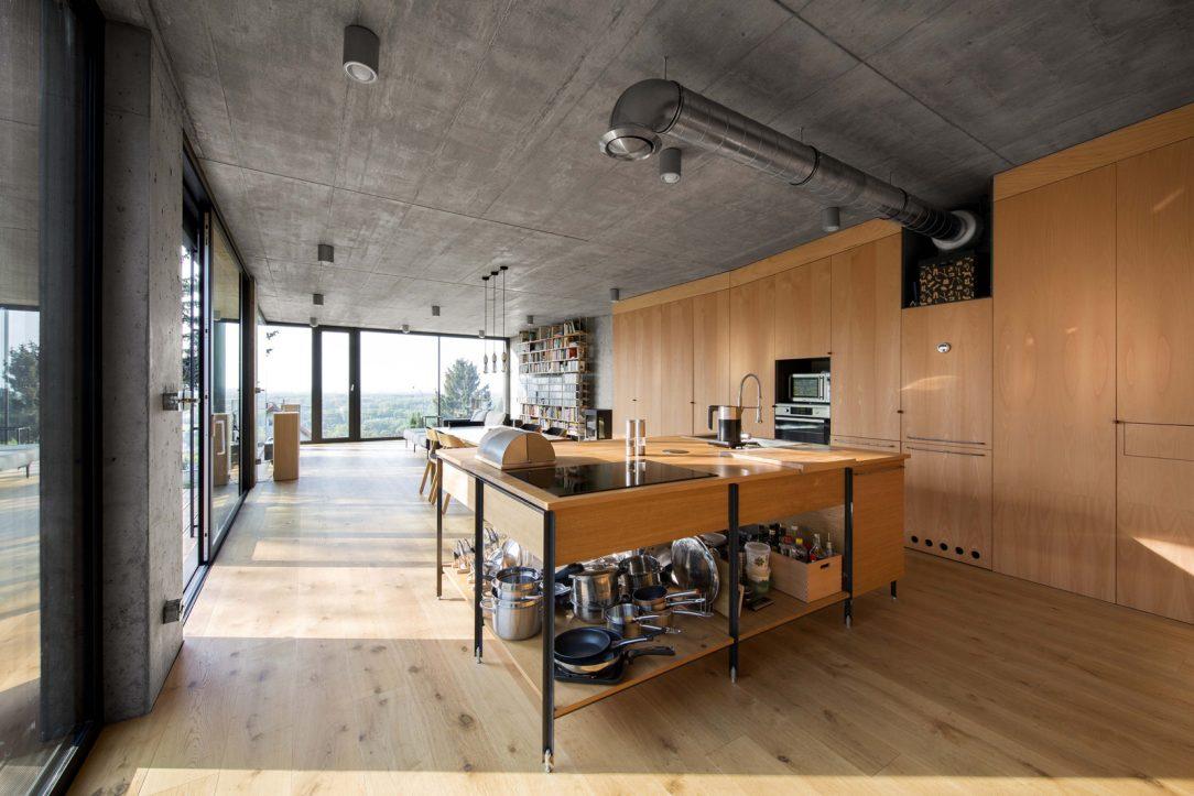Podlaha je dřevěná veškerý vestavěný nábytek je vyrobený z bukové překližky