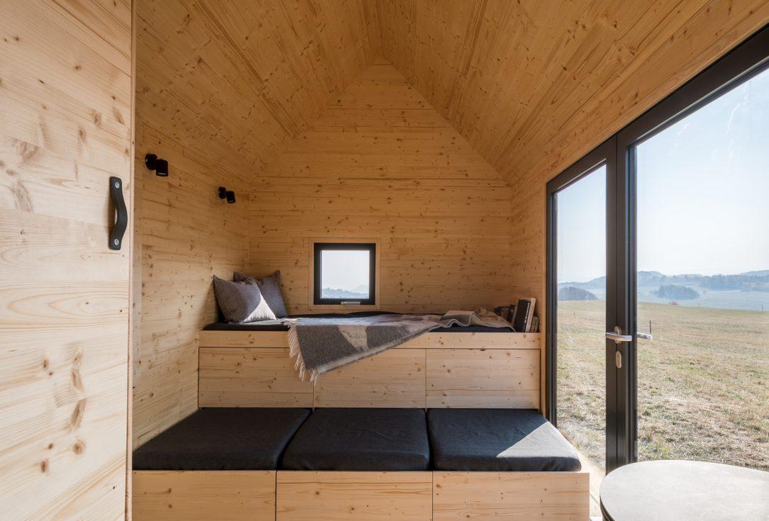 Pomocí polohování vestavěného nábytku se může přizpůsobit dispozice různým funkcím na vyvýšeném lůžku v přízemí s dvěma řadami výsuvných šuplíků se po rozložení vyspí dva lidé