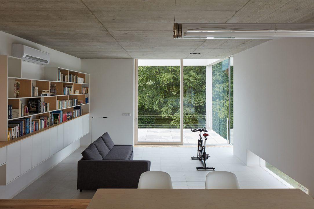 V horním bytě je většina nábytku řešena jako vestavná popřípadě na míru navržená pro daný prostor.