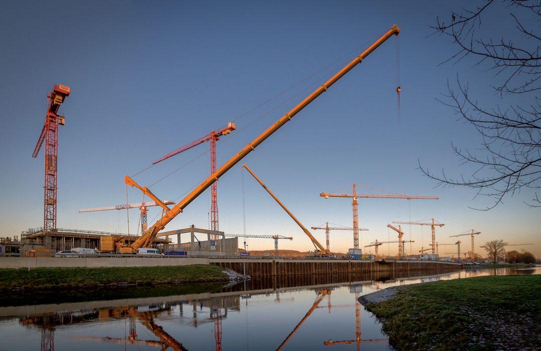 V jednu chvíli se na stavbě nacházelo až 18 věžových jeřábů. listopad 2016