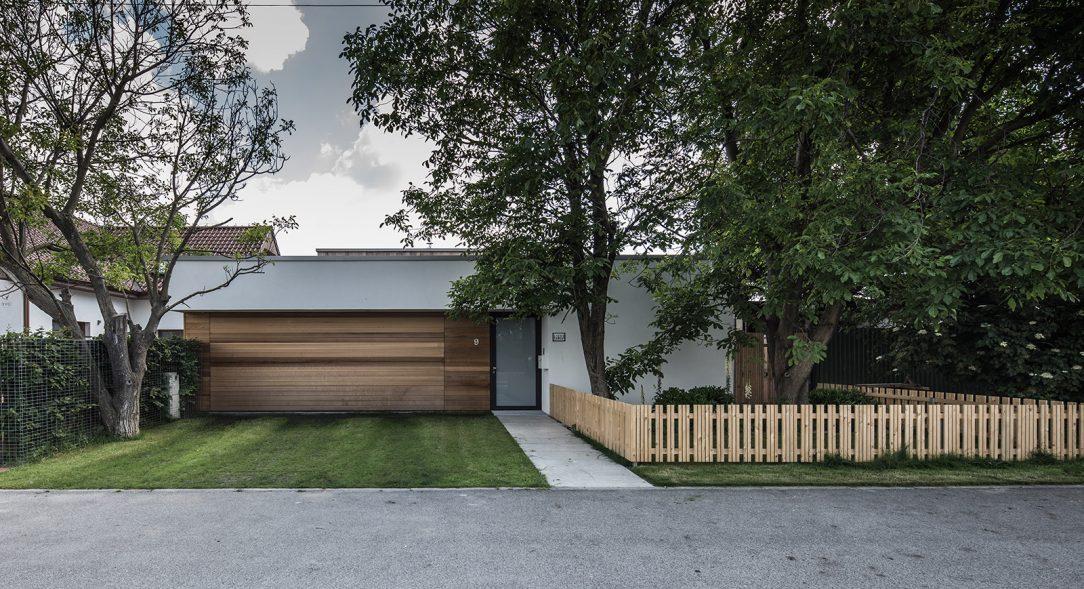 Z čelního pohledu vypadá dům zcela nenápadně rozvíjí se směrem dovnitř pozemku.