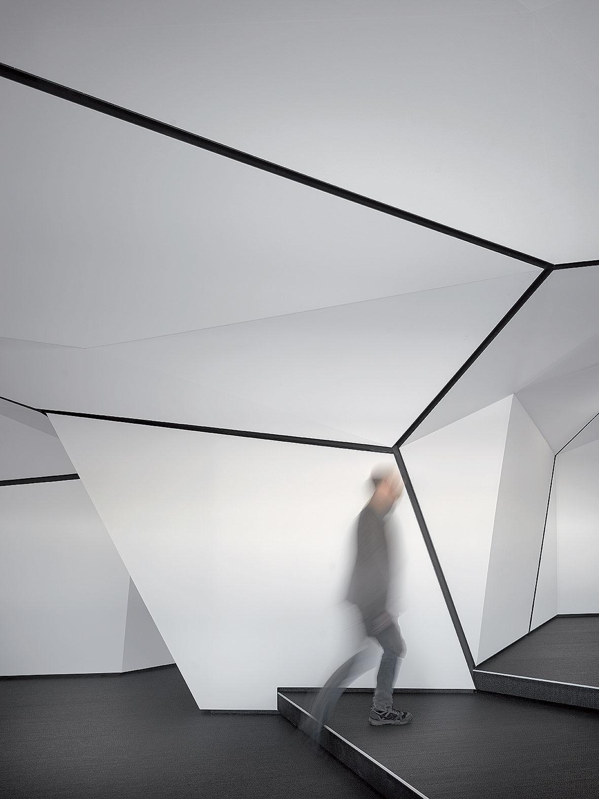 Koncepce je postavená na geometrické struktuře vinteriéru
