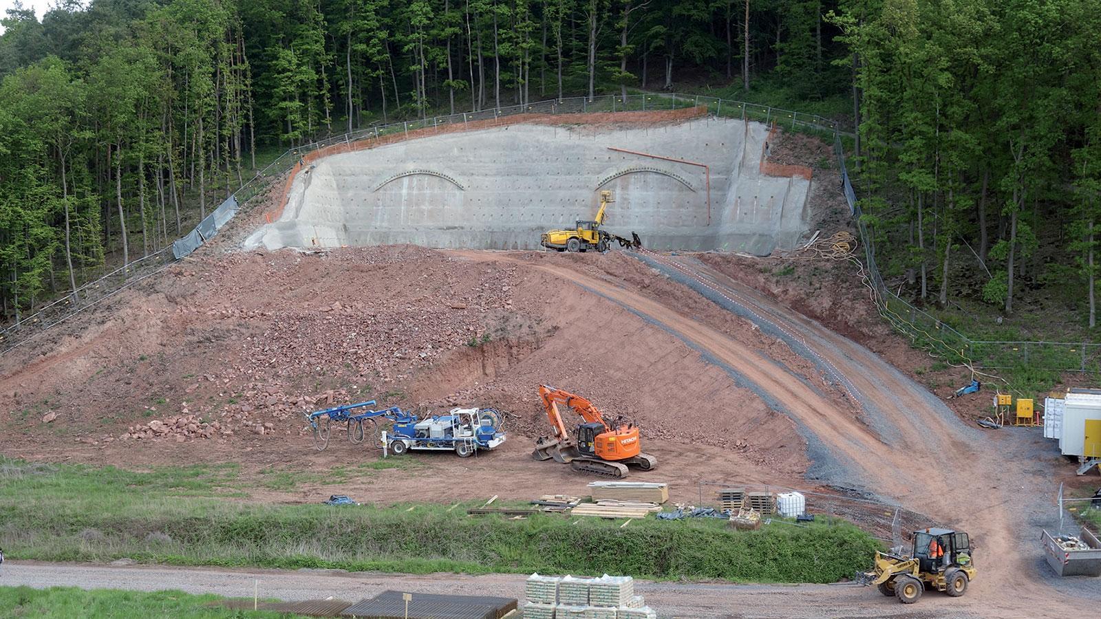 Obr. 3 Výstavba jižního portálu (zdroj: ARGE Tunel Spitzenberg + trasa BA2)