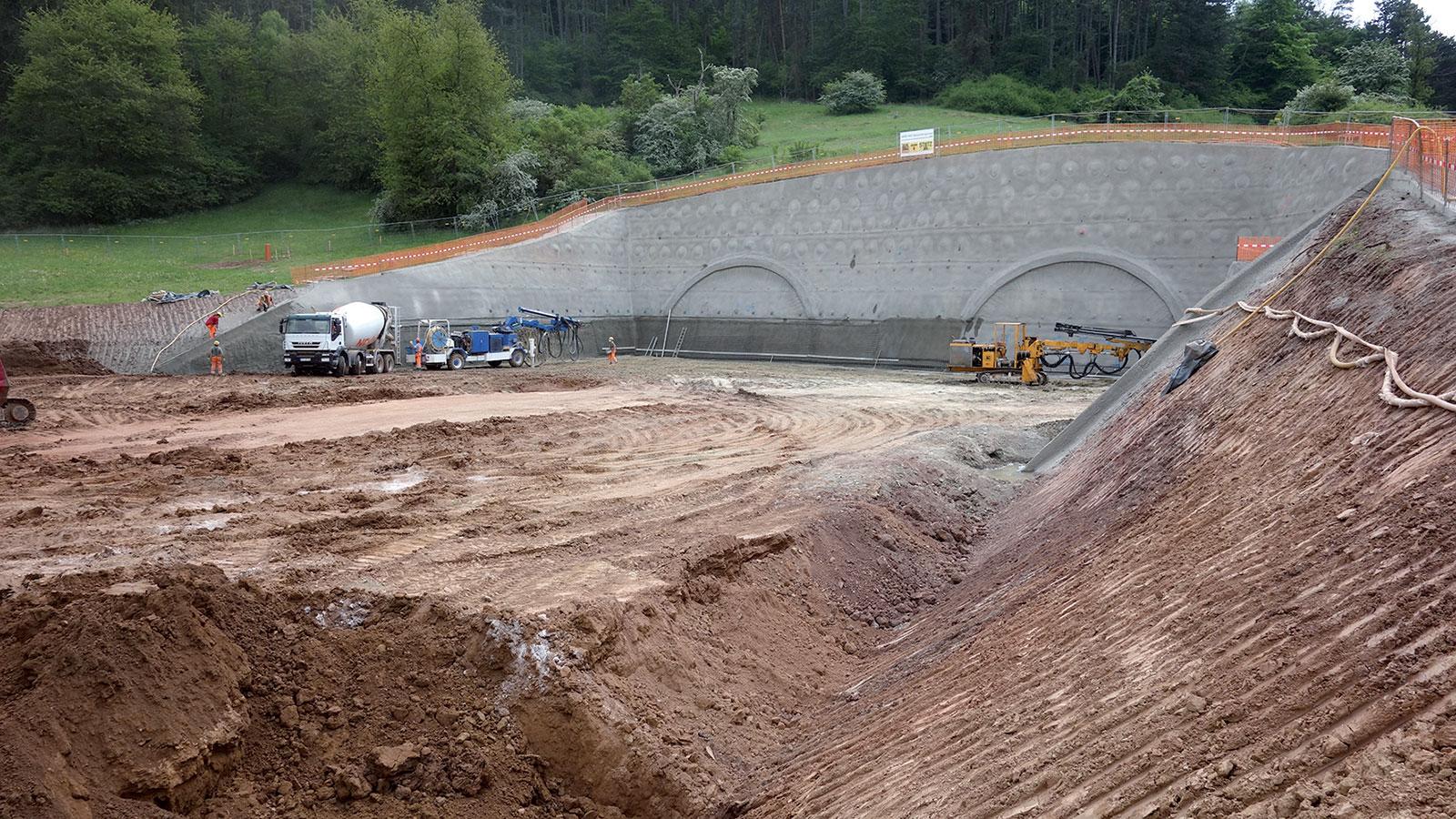 Obr. 4 Výstavba severního portálu (zdroj: ARGE Tunel Spitzenberg + trasa BA2)