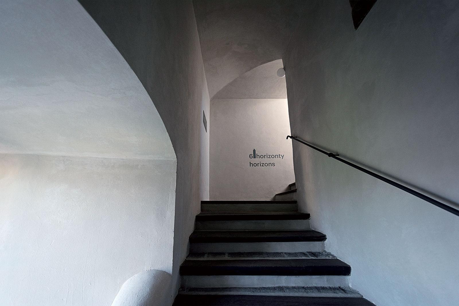 Prostor schodiště je ponechán beze změny jako původní prvek věže