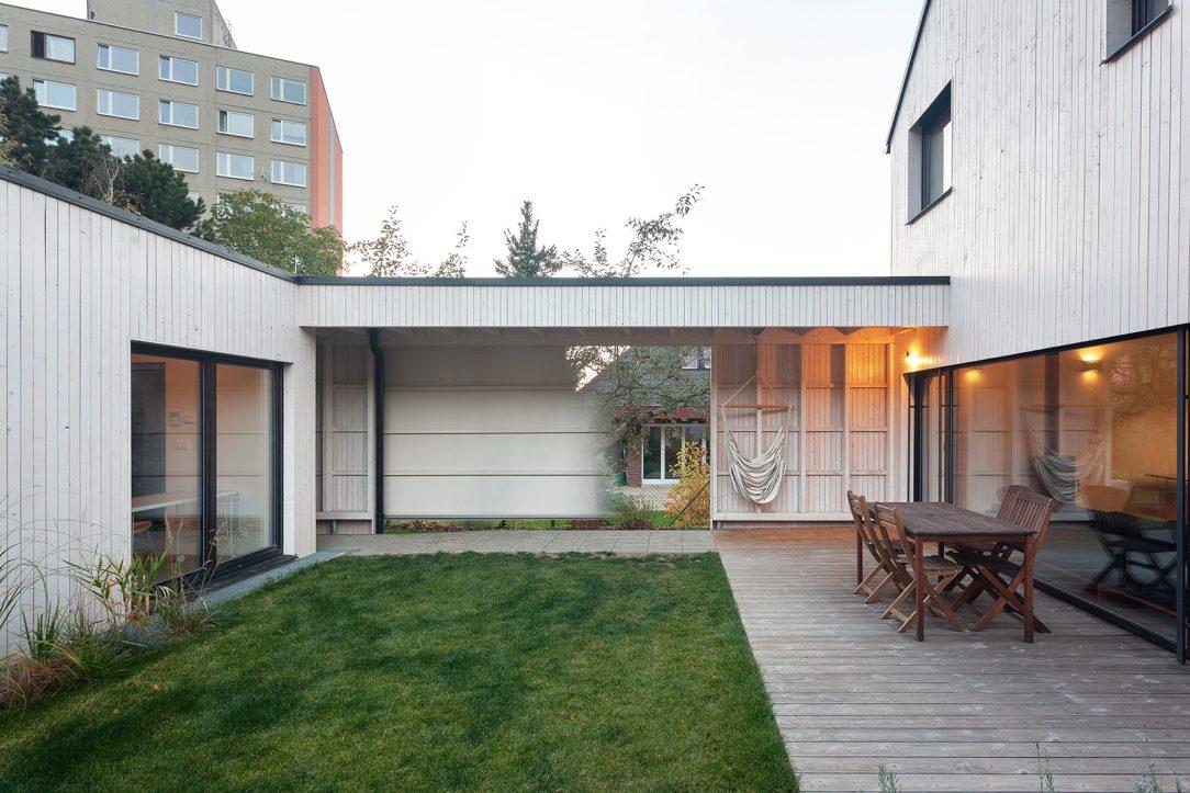 Sezení na terase a přemýšlení o domě podle návrhu ateliéru DDAANN je komfortní a překvapivě jednoduché.