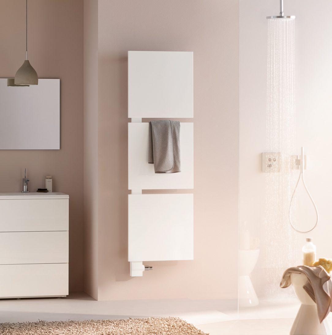 Signo v klasickém bílém provedení v kombinaci se třemi čtvercovými topnými plochami pro pohodlné vkládání a zavěšení ručníků.