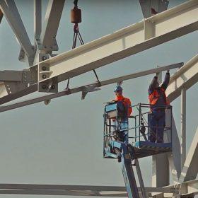 Výstavba velkorozponového ocelového skeletu hangáru