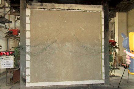 Zkouška požární odolnosti stěny ve zkušebně PAVÚS a. s. s velkým množstvím osazených termočlánků