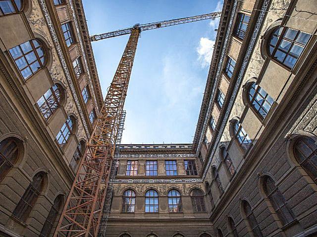 Práce na rekonstrukci fasád Národního muzea se provádějí od roku 2014.