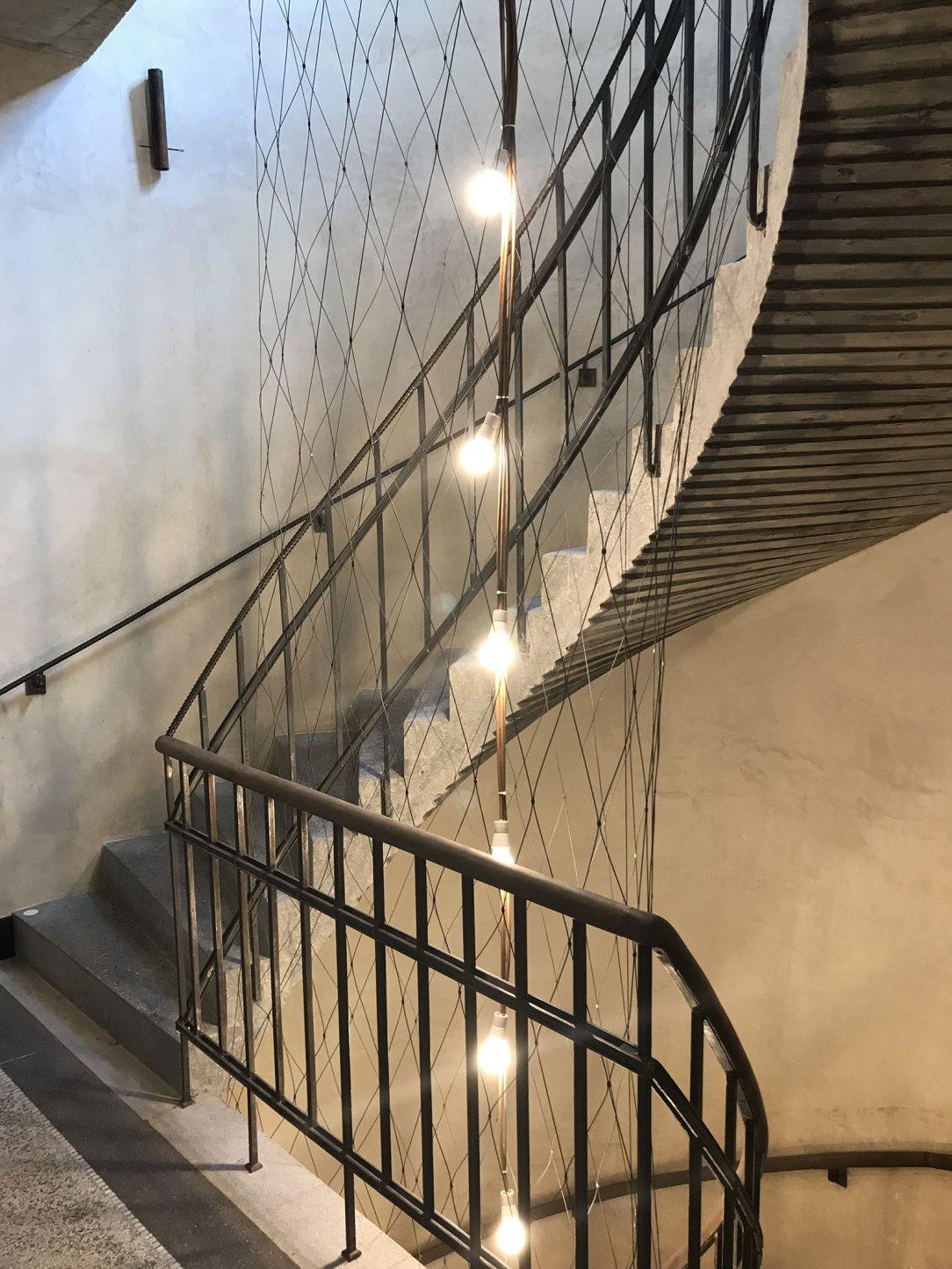 Betonové točité černé schodiště