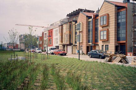 Na střechách dokončených domů jsou umístěny solární kolektory.